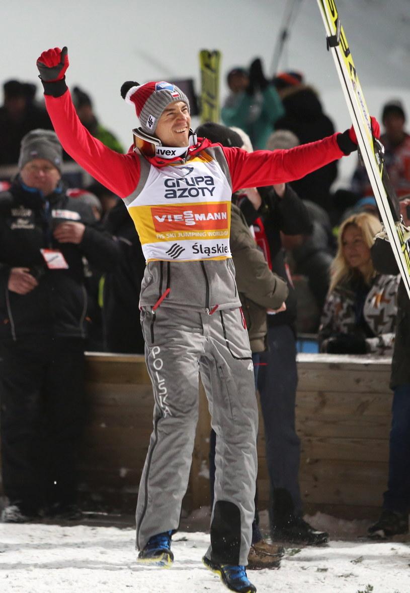 Kamil Stoch cieszy się ze zwycięstwa w drugim konkursie indywidualnym Pucharu Świata w skokach narciarskich w Wiśle /Andrzej Grygiel /PAP