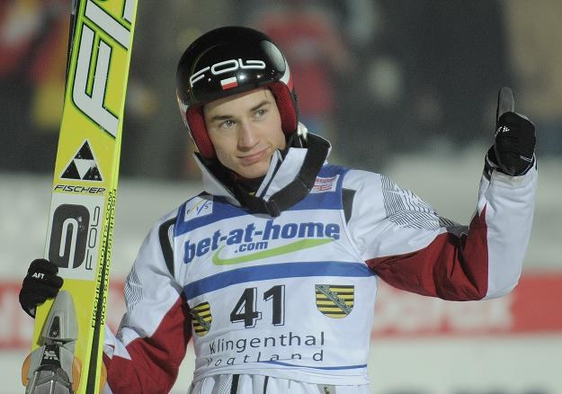 Kamil Stoch cieszy się ze zwycięstwa w konkursie Pucharu Świata w Klingenthal /AFP