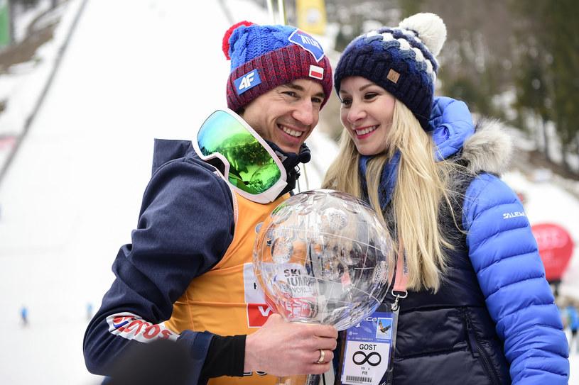 Kamil Stoch i jego żona Ewa Bilan-Stoch pozują do zdjęcia z Kryształową Kulą za sezon 2017/18 /Jure MAKOVEC /AFP