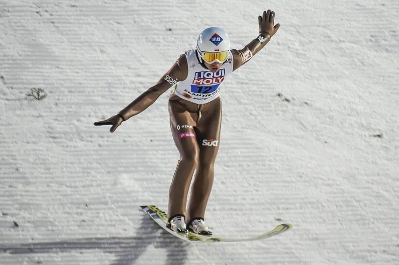 Kamil Stoch ląduje podczas konkursu drużynowego MŚ w Lahti. /PAP/EPA