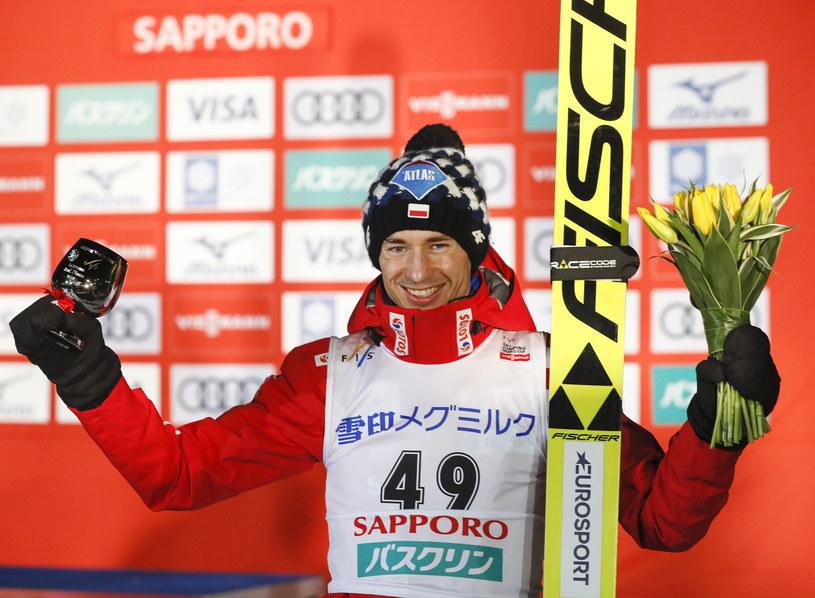 Kamil Stoch na podium w Sapporo /KIMIMASA MAYAMA /PAP