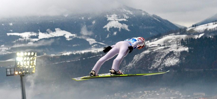 Kamil Stoch podczas sobotnich kwalifikacji do konkursu w Bischofshofen /Barbara Gindl /PAP/EPA