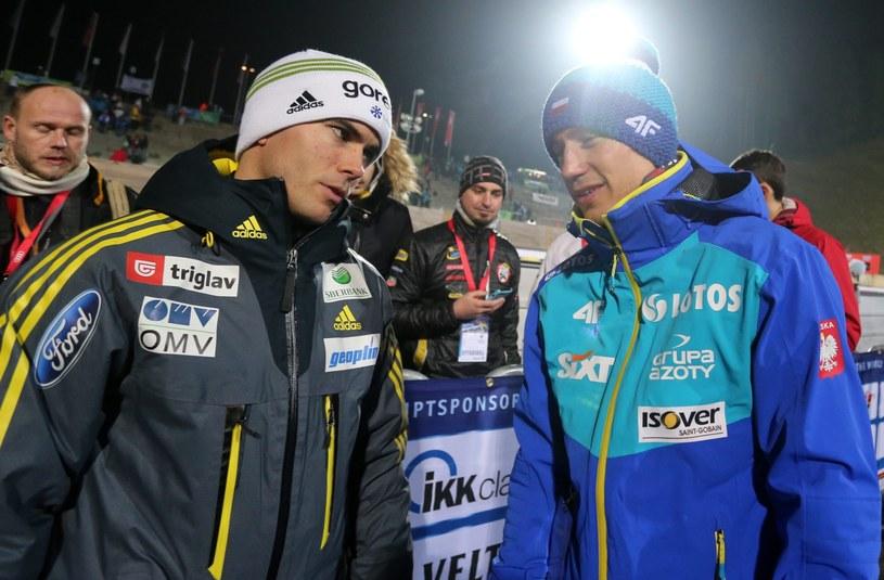 Kamil Stoch rozmawia ze Słoweńcem Jernejem Damjanem (z lewej) podczas konkursu drużynowego /Grzegorz Momot /PAP
