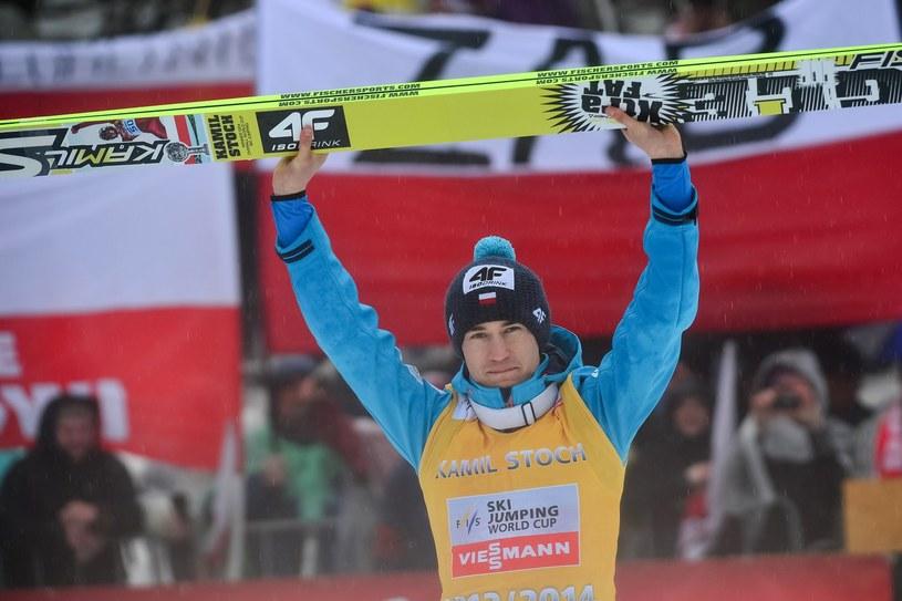 Kamil Stoch triumfuje po wygraniu Pucharu Świata w ubiegłym sezonie /AFP