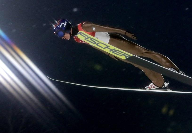 Kamil Stoch w kwalifikacyjnym locie na dużej skoczni w Alpensia Ski Centre. /PAP/EPA