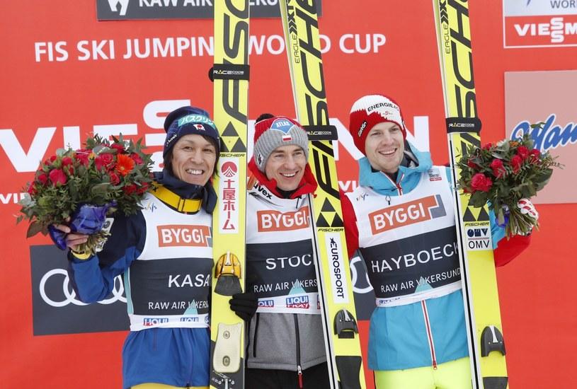 Kamil Stoch (w środku) odniósł w Vikersund 22. zwycięstwo w karierze /PAP/EPA