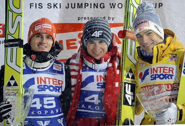 Kamil Stoch (w środku), z Richardem Freitagiem (L) i Andreasem Koflerem. /AFP