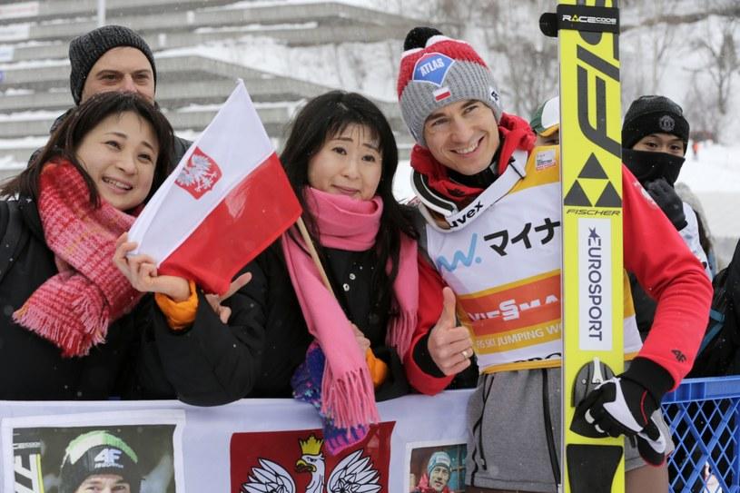 Kamil Stoch z kibicami w Japonii /KIMIMASA MAYAMA /PAP/EPA