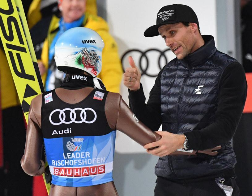 Kamil Stoch (z lewej) odbiera gratulacje od Svena Hannawalda po triumfie w TCS w 2018 roku /AFP