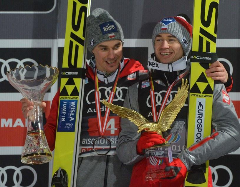 Kamil Stoch (z prawej) i Piotr Żyła na podium 65. Turnieju Czterech Skoczni /AFP