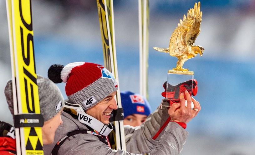 Kamil Stoch ze złotym orłem za triumf w Turnieju Czterech Skoczni /AFP