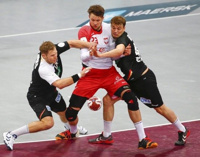 Kamil Syprzak atakowany przez niemieckich piłkarzy ręcznych /PAP/EPA