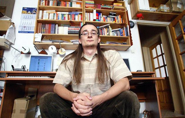Kamil w swoim mieszkaniu, fot.Dariusz Gacek