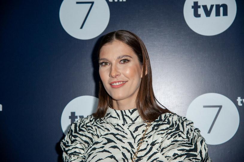 """Kamila Kamińska znana jest między innymi z roli Reginy, w którą wciela się w serialu """"Barwy szczęścia"""". Aktorka niedawno została mamą /Artur Zawadzki/REPORTER /East News"""