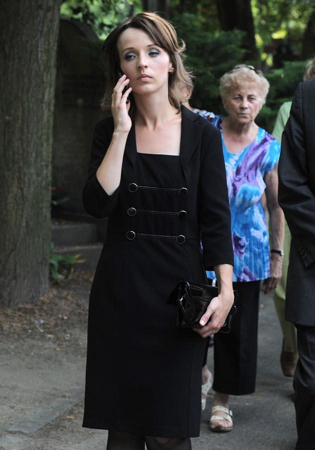 Kamila wciąż nie może pogodzić się z odejściem męża /Andras Szilagyi /MWMedia