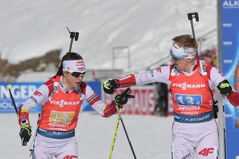 Kamila Żuk i Magdalena Gwizdoń podczas biegu sztafetowego MŚ w Anterselvie /AFP