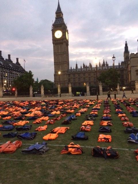 Kamizelki przed brytyjskim parlamentem /Bogdan Frymorgen /RMF FM