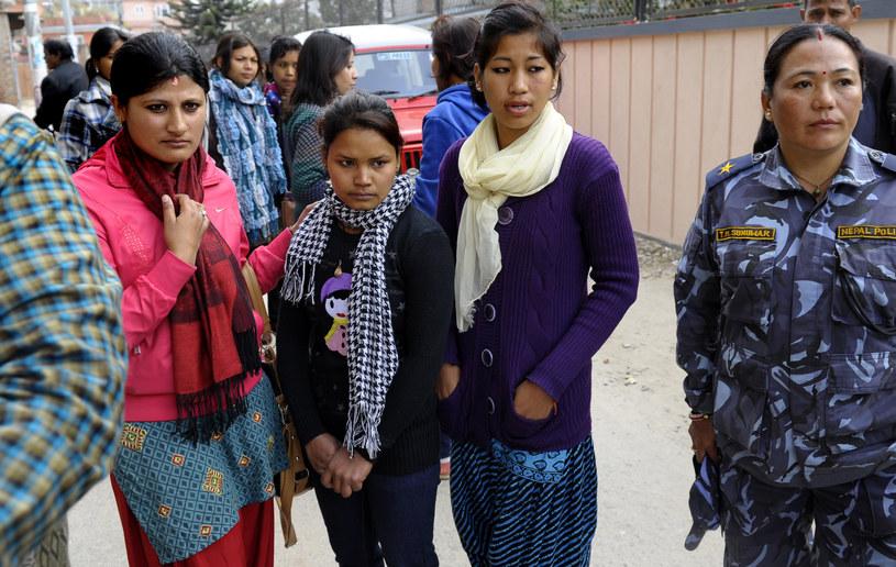 """""""Kamlari"""" Jayarani Tharu (druga z lewej) po wyzwoleniu przez aktywistów i policję w Katmandu /PRAKASH MATHEMA /AFP"""