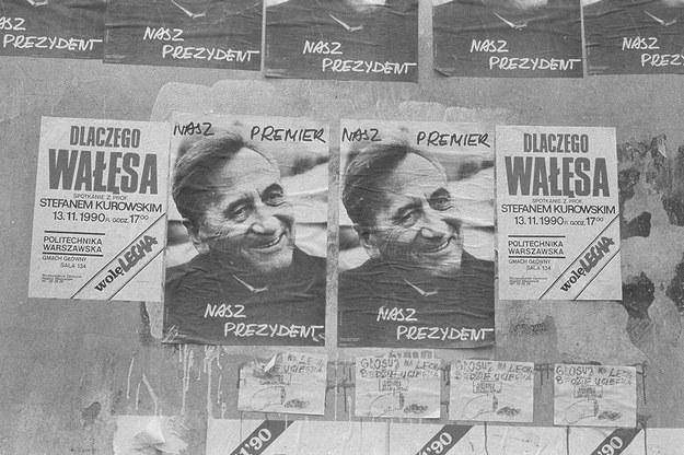 Kampania prezydencka w 1990 r. Plakaty Lecha Wałęsy i Tadeusza Mazowieckiego /Krzysztof Miller /Agencja Gazeta