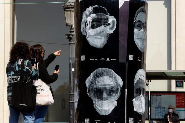 Kampania społeczna na ulicach Barcelony dot. pracy służby zdrowia w czasie pandemii /QUIQUE GARCIA /PAP/EPA