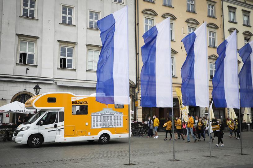 """Kamper wyborczy Szymona Hołowni zwany """" Belwederem na kółkach """" przyjechal na Rynek Główny /Beata Zawrzel /Reporter"""