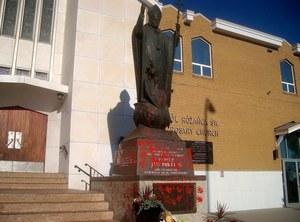 Kanada: Pomnik Jana Pawła II zniszczony. Oblano go czerwoną farbą