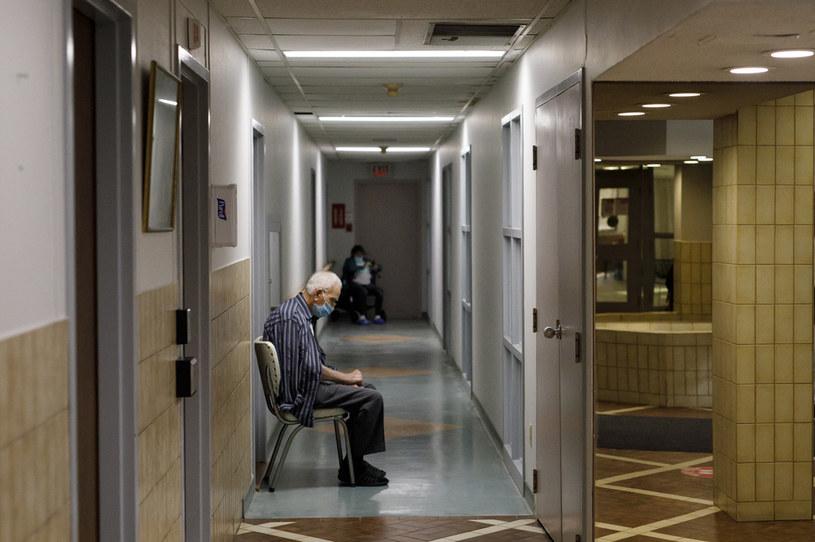 Kanada: Senior oczekuje na szczepienie /AFP