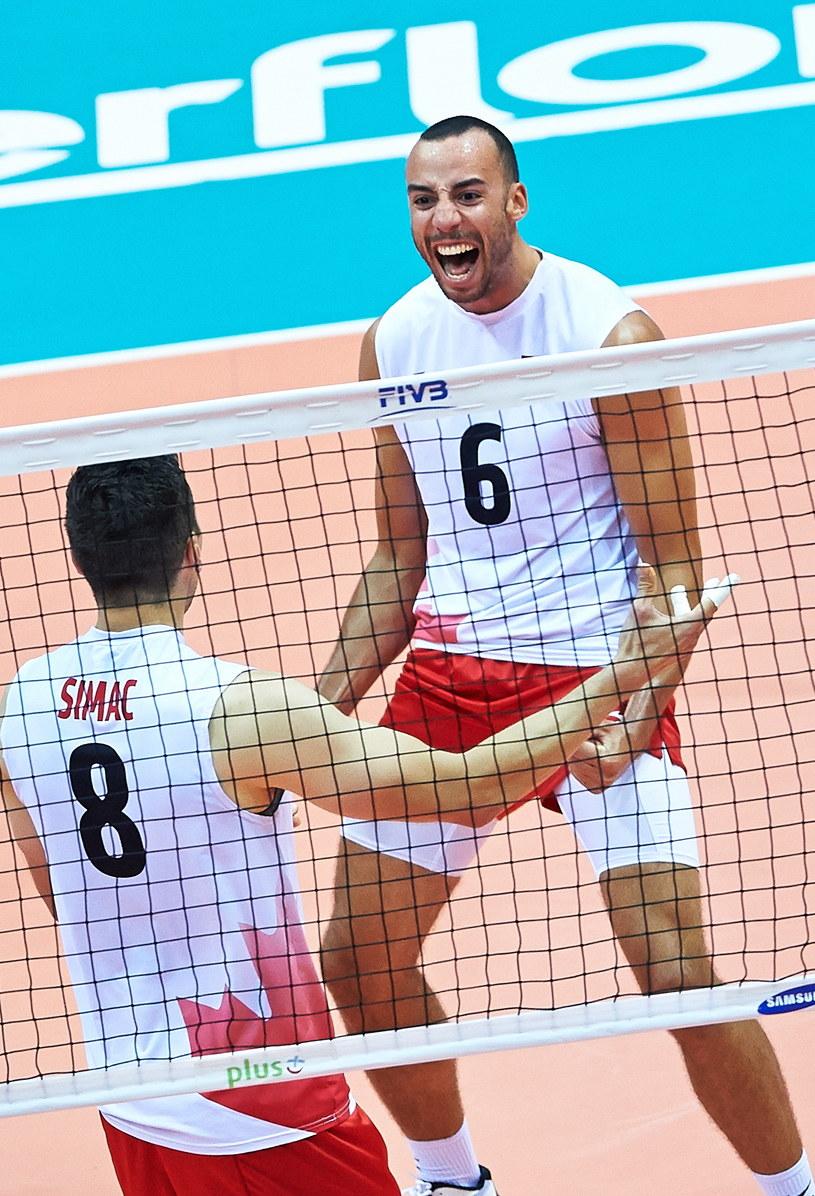 Kanadyjczycy Justin Duff (P) i Adam Simac (L) podczas meczu grupy C mistrzostw świata siatkarzy z Chinami /Adam Warżawa /PAP