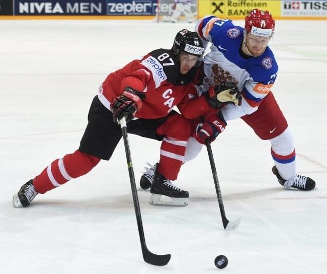 Kanadyjczyk Sidney Crosby (z lewej) i Jewgienij Małkin z Rosji /AFP
