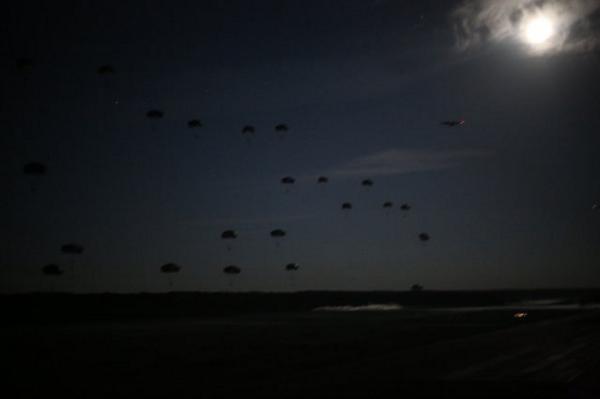 Kanadyjscy, włoscy i amerykańscy spadochroniarze nad Lielvarde /@USNATO/Twitter /
