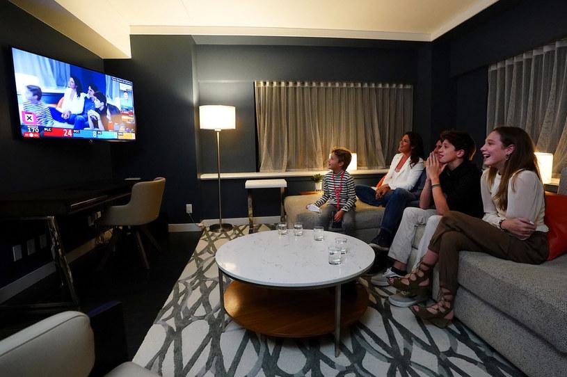 Kanadyjski premier  Justin Trudeau z rodziną oglądają relację z wyborów /AFP
