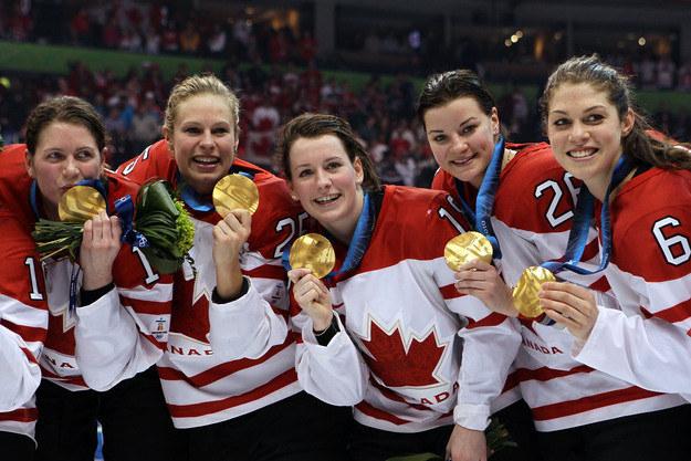 Kanadyjskie hokeistki są głównymi faworytkami turnieju olimpijskiego w Soczi /AFP