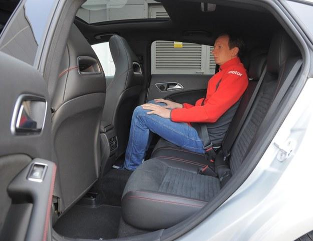 Kanapa też ma zintegrowane zagłówki. W autach ze szklanym dachem już osoby o wzroście 180 cm sięgają głowami podsufitki. /Motor