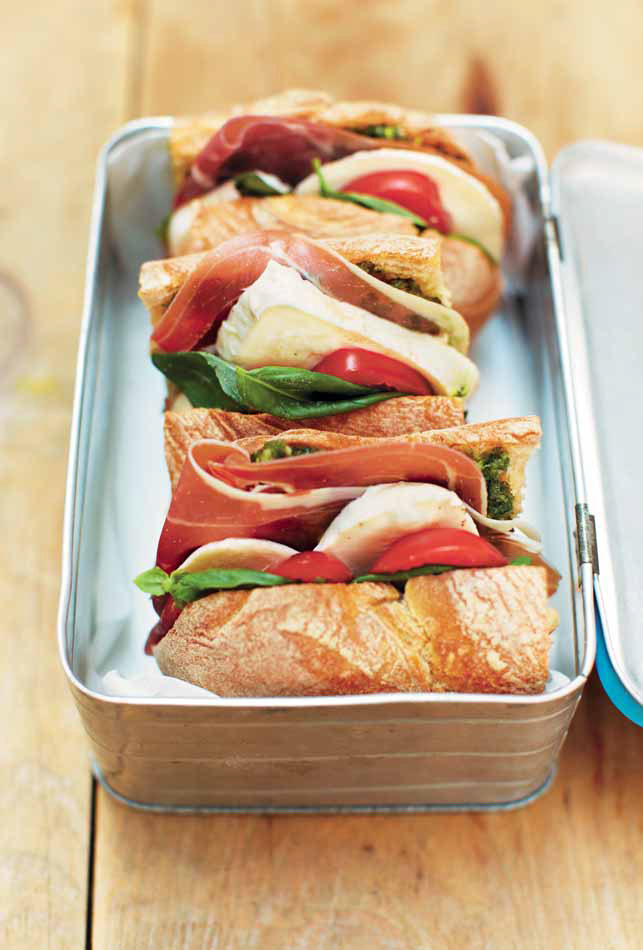 Kanapka z szynką parmeńską, pomidorem, mozzarellą i pesto /materiały prasowe