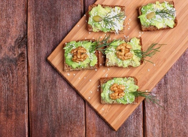 Kanapki z pasta z awokado i orzechami /materiały prasowe