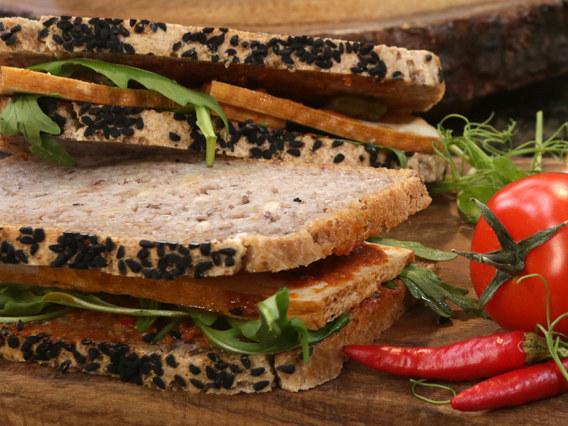 Kanapki z tofu, rukolą i pastą z suszonych pomidorów /Polsat