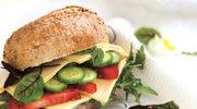 Kanapki z ziołowym majonezem, plastrami sera masdamer i warzywami