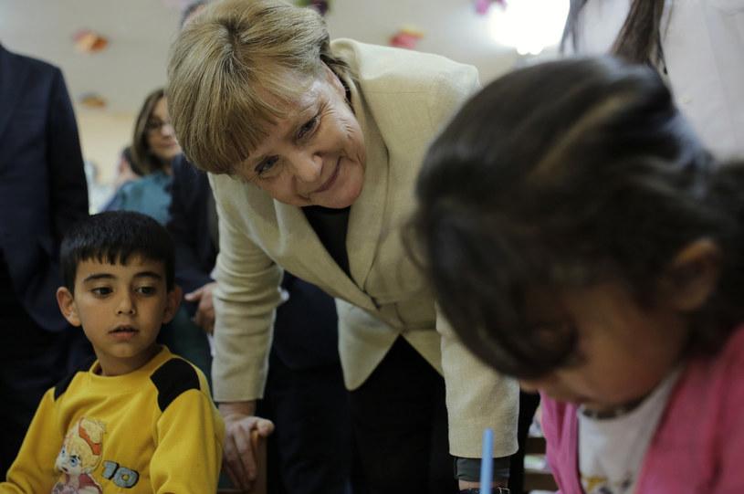 Kanclerz Merkel rozmawia z uchodźcami /AFP