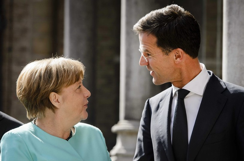Kanclerz Merkel w towarzystwie premiera Holandii /REMKO DE WAAL /PAP/EPA