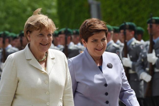 Kanclerz Niemiec Angela Merkel i premier Beata Szydło podczas uroczystości oficjalnego powitania na dziedzińcu Urzędu Kanclerskiego w Berlinie /Radek Pietruszka /PAP