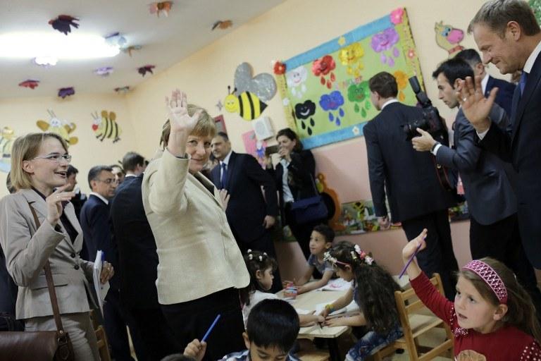 Kanclerz Niemiec  Angela Merkel (L) and szef Rady Europejskiej Donald Tusk (P) na spotkaniu z najmłodszymi uchodźcami /AFP