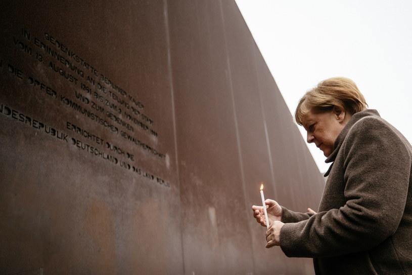 Kanclerz Niemiec Angela Merkel oddaj hołd tym, którzy zginęli, próbując pokonać mur. /HAYOUNG JEON /PAP/EPA