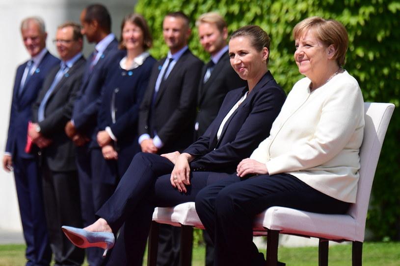 Kanclerz Niemiec Angela Merkel (P) i premier Danii Mette Frederiksen podczas uroczystości powitalnej /Clemens Bilan /PAP/EPA