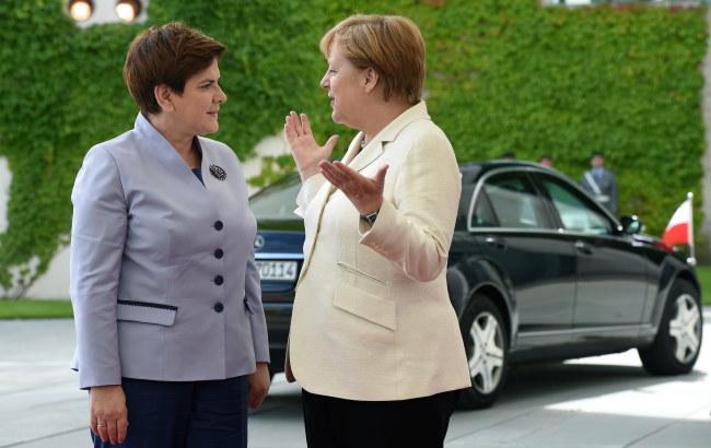 Kanclerz Niemiec Angela Merkel wita premier Beatę Szydło na dziedzińcu Urzędu Kanclerskiego w Berlinie /Radek Pietruszka /PAP
