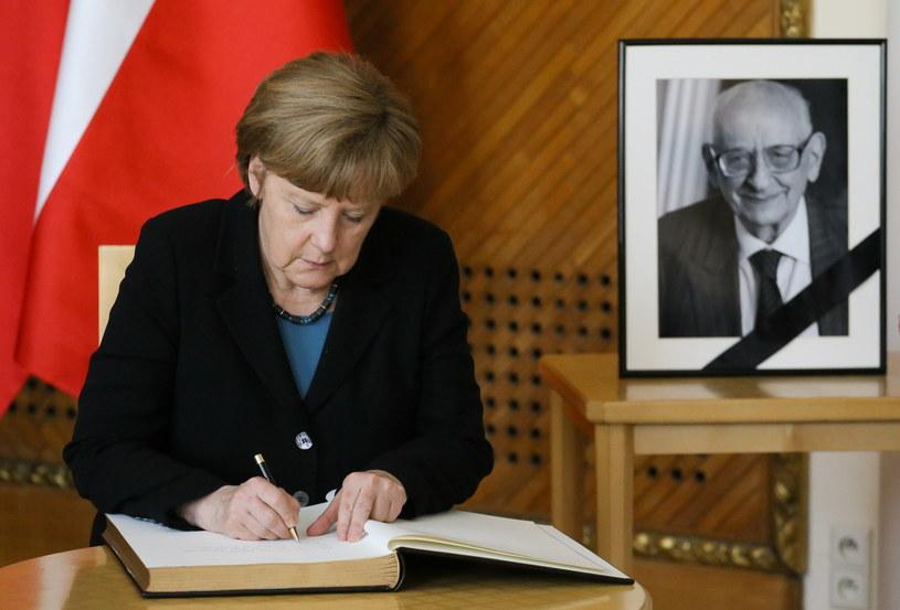 Kanclerz Niemiec Angela Merkel wpisuje się do księgi kondolencyjnej /Paweł Supernak,  /PAP