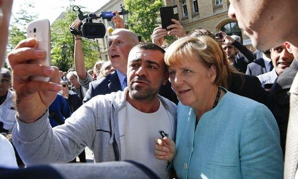"""Kanclerz Niemiec pozuje do """"selfie"""" z uchodźcami. Kryzys migracyjny to największe wyzwanie od 10 lat, jakie stanęło przed Angelą Merkel /Agencja FORUM"""