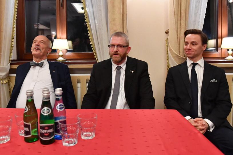 Kandydaci: Janusz Korwin-Mikke (L), Krzysztof Bosak (P), Grzegorz Braun (C) podczas prawyborów prezydenckich Konfederacji / Marcin Bielecki    /PAP