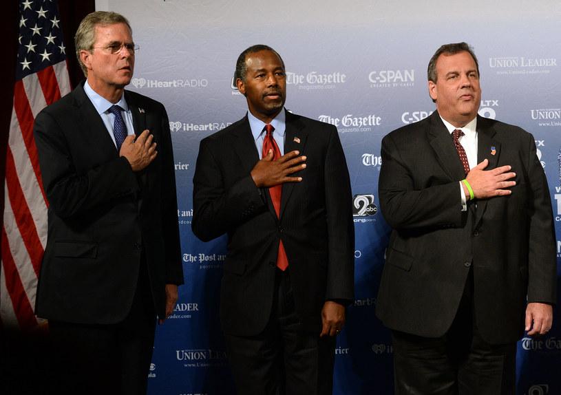 Kandydaci Jeb Bush, Ben Carson i Chris Christie na tle logotypów /AFP