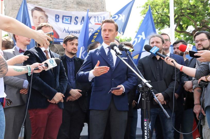 Kandydat Konfederacji na prezydenta Krzysztof Bosak podczas briefingu prasowego na placu Wolności w Opolu /Krzysztof Świderski /PAP