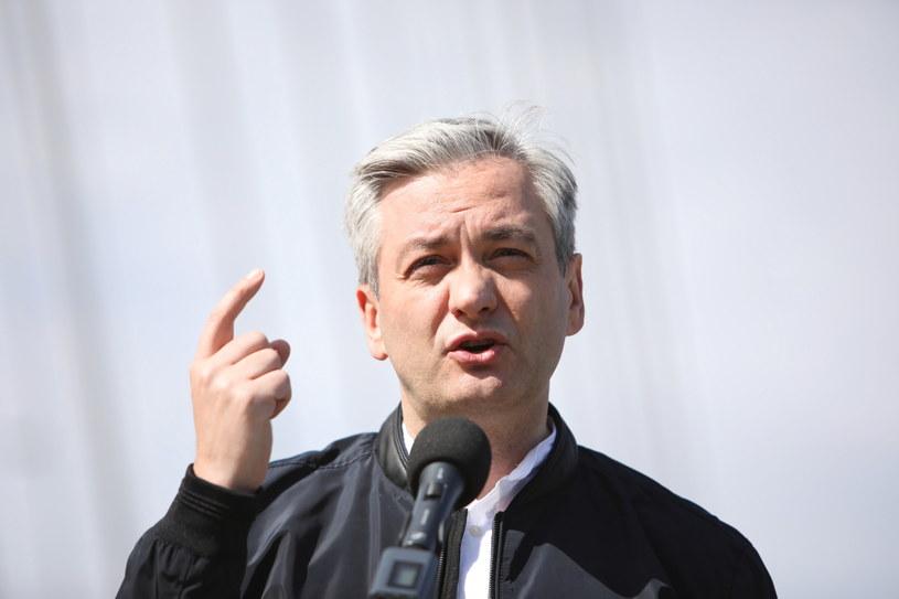 Kandydat Lewicy na prezydenta Robert Biedroń podczas konferencji prasowej na moście Świętokrzyskim w stolicy /Leszek Szymański /PAP